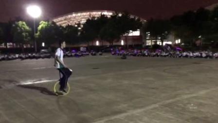 独轮车表演视频2