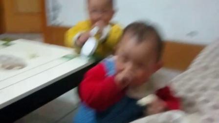 双胞胎一岁吃馒头20170331_195540