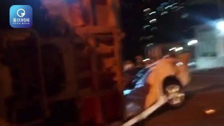 运渣车侧翻泥石飞散一地 白色轿车被碾平