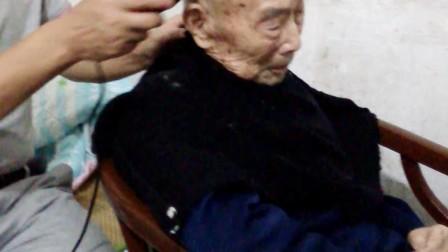 给94岁老父亲理发(阿尔法深度思维拍)