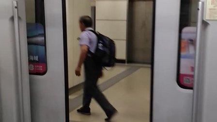 上海地铁1号线129号车新车厢关门(第二节,车厢号为:1292)