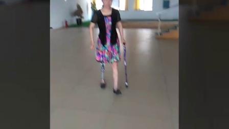 美女右大腿假肢康复训练视频