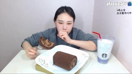 大胃王卡妹直播挑战吃拉面、红豆冰、蛋糕卷等