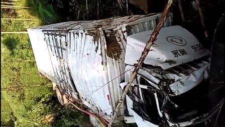 VID_201709131553车祸 车掉山崖视频
