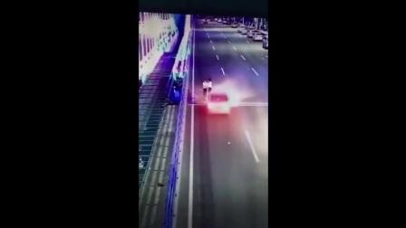 我的拼接视频_201709142235 女子同伴被汽车撞飞浑然不觉