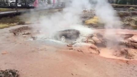 朋友从美国怀俄明州黄石国家森林公园火山爆发区发的视频,太美,太壮观了!