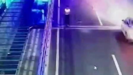 美女公路散步被撞飞消失