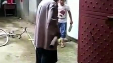 小孩因为没钱玩手机游戏拿刀砍爷爷