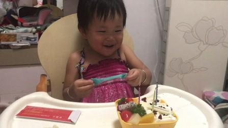 小家伙儿非要吃蛋糕吹蜡烛唱生日歌【20170710】