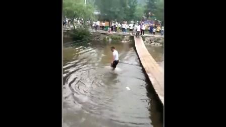 兄弟池塘边可不是那么好玩的