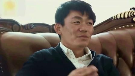 王宝强乘红色车抵达法院 一身黑衣表情严肃