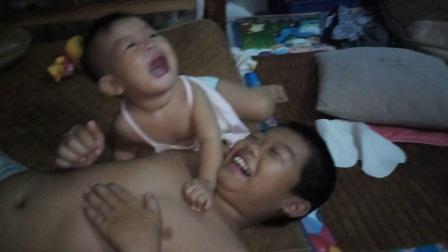 笑笑咬哥哥