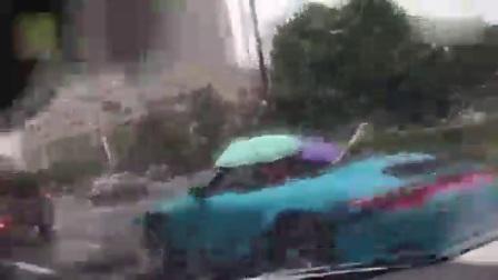 土豪雨天打伞开敞篷车 网友:你开心就好