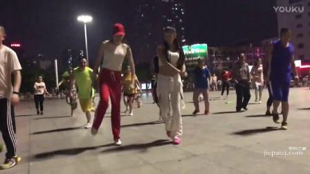 街拍跳广场舞的美女