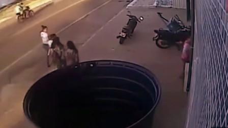 几个美女在大街上走着, 突然货车失控, 谁能想到却阴阳两隔