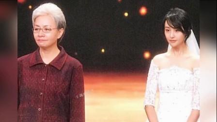 郑爽汽车站拍戏全程笑容满面 乘客看得津津有味 171012