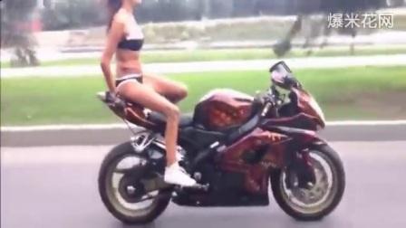 牛人视频之比基尼美女骑摩托车耍杂技表演、这位妹子不得了。