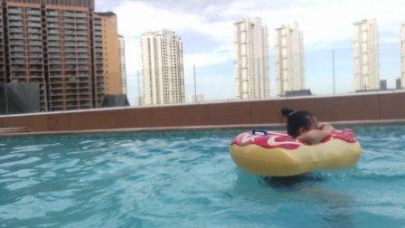 三亚湾红树林酒店泳池嬉戏