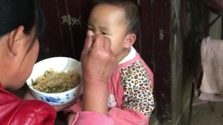 乐乐小孩吃饭