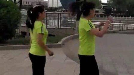 俩大姐跳广场舞, 其中一个真的是太漂亮了啊。_高清 (1)