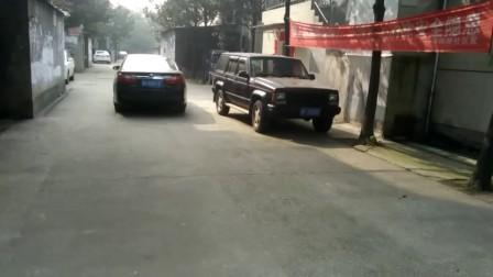 岳阳的广汽丰田七代凯美瑞旗舰轿车(湘F85B18)和东风悦达起亚新一代K2红色小轿车(湘F5XB76)