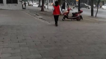 10岁7个月  康辉早上端着饭碗边吃边走着上学