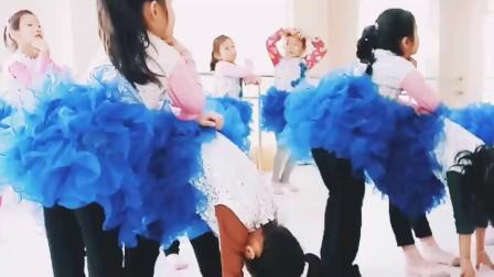 阜阳艺路舞校少儿舞蹈梦的眼睛,演出前的排练,穿上演出服的孩子们非常开心👍🙄🙄
