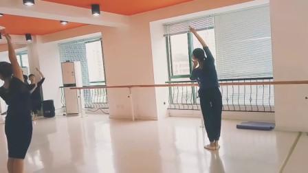 美人在骨,不在皮囊……练习舞蹈,就是雕骨刻髓的过程,轻盈、灵动、这种由内而外散发出来的不是穿漂亮衣服就能表达出来的。 阜阳艺路舞校成人古典舞蹈培训.