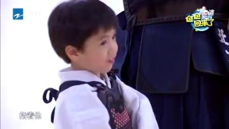 郑钧刘芸的儿子看到了啥,露出了这表情