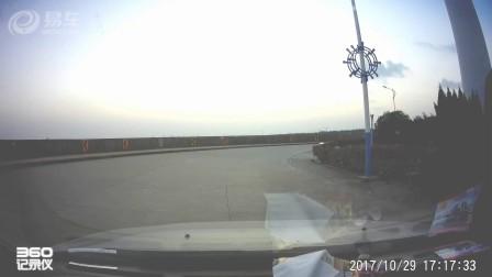 女司机开车瞎开,骑马也瞎骑,我都停车了,还要跑过来让马踢车子一脚。