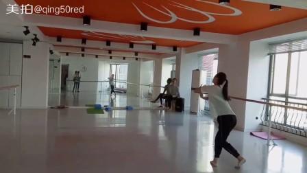 这种柔美成人形体展示的舞蹈,适合成人女性,比起瑜伽更有味道,舞蹈视频由阜阳艺路舞蹈培训学校提供,古典舞蹈冰菊物语  