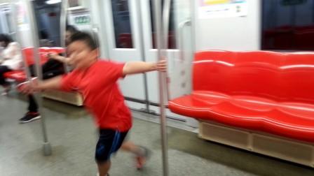 【6岁】9-19哈哈在地铁上调皮,转圈圈VID_210256