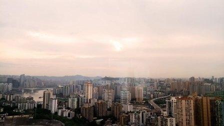 在重庆希尔顿顶楼,俯瞰重庆的白天与黑夜