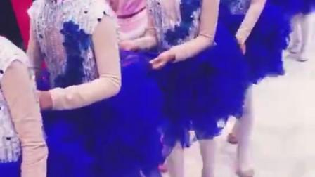 阜阳少儿舞蹈阜阳艺路舞校张老师带领孩子们踏上红毯。。。。。。