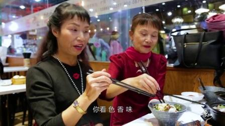 云南大妈摆摊卖米线,赚大钱连开好几家分店,回农村建设公园