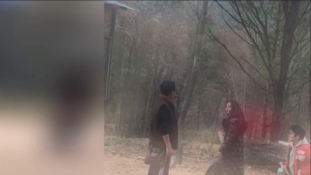 网友偶遇姚笛拍戏 行走在小树林里像一朵花 171114