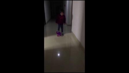 小孩玩滑板