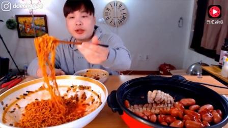 韩国吃播豪放派大胃王donkey弟弟吃超大盘火鸡面, 香肠和烤嫩鱿鱼