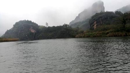 龙虎山泸溪河远观云雾缭绕高耸的山峰