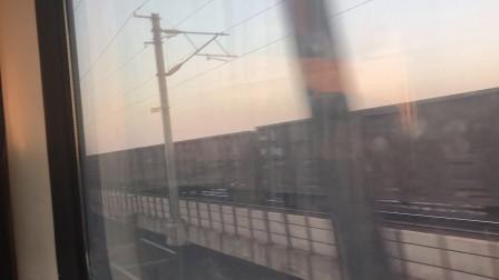 太原-吕梁Z7835次列车太中银铁路上与HXD1牵引煤列会车