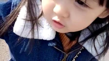 5岁小女孩给路人指路, 讲话方言太重, 但是很可爱
