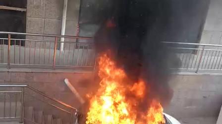 万全华凯公寓附近一辆电动汽车突然着火,请过往行人注意安全……