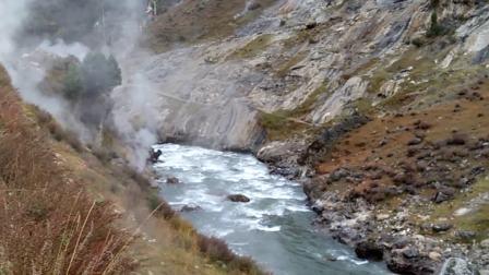 巴塘措普沟热坑温泉