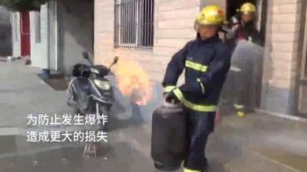 居民做饭煤气罐突燃 消防员徒手拎出着火煤