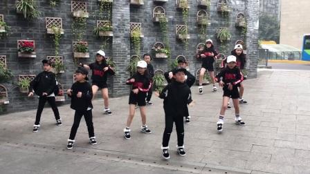 """九龙坡区实验二小""""黑精灵""""街舞社新年快闪《C哩C哩》"""