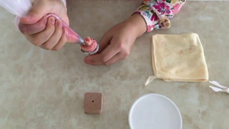 奶油蛋糕裱花新手视频教程 裱花教学视频 简单生日蛋糕裱花