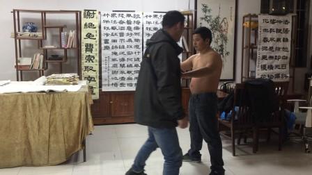 张中平意拳站桩功一个月抗重击功效,演示者曹灼辉
