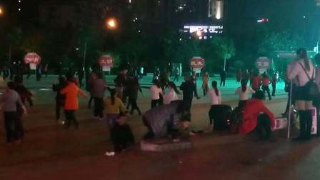 湄潭县,美女们晚上都喜欢在,茶乡广场,跳哈舞,锻炼锻炼