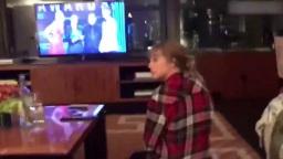 霉霉Taylor Swift在家看颁奖礼,得知自己获奖一脸懵逼?