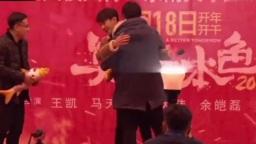王凯:男生就简单握个手吧,男粉丝:不要握手!要抱抱!